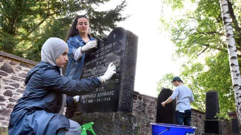 مسلمون ينظفون قبوراً يهودية