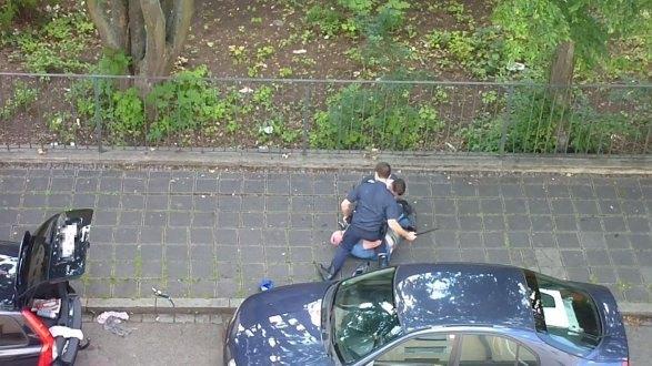 فيديو يظهر شرطيين يضربان رجلاً في الشارع في ألمانيا
