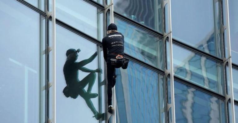 سبايدر مان يتسلق ناطحة سحاب في ألمانيا