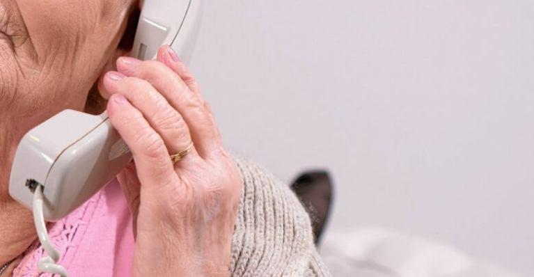احتيال على مسنات عبر مكالمات هاتفية بهذه الطريقة
