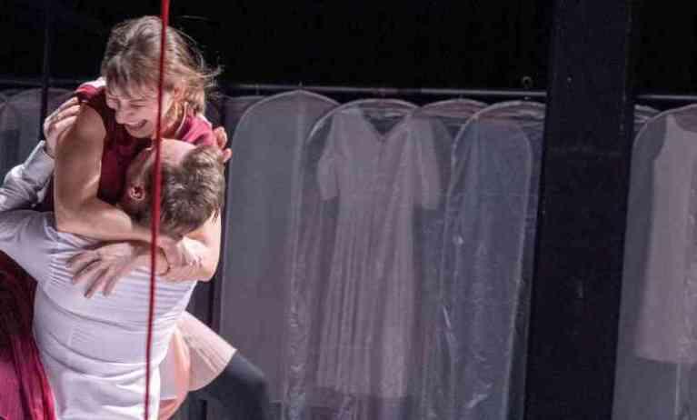 مسرحٌ ألماني يشهدُ مسرحيةً تتحولُ لحقيقةٍ تمسُ المشاعر