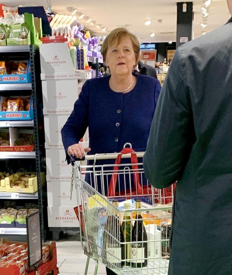 في عز أزمة كورونا ميركل تتسوّق كباقي سكان ألمانيا
