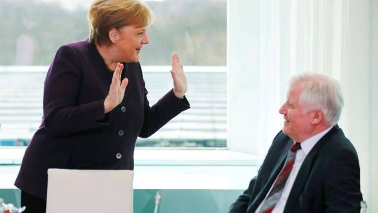 وزير داخلية ألمانيا يرفض مصافحة ميركل