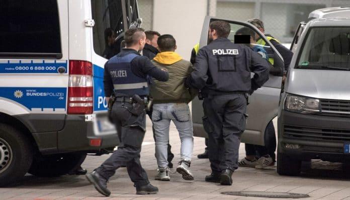 سوري يتسبب بحالة طوارئ في مدينة ألمانية يبصق على طفلة ويلعق صناديق البريد والدراجات