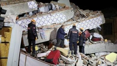 صورة رئيس الوزراء اليوناني يعزي اردوغان في ضحايا زلزال تركيا