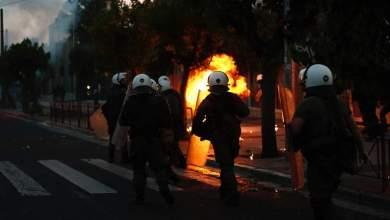 صورة اشتباكات بين متظاهرين وشرطة مكافحة الشعب أمام السفارة الأمريكية باليونان