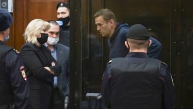 صورة نافالني يواجه العدالة الروسية و مئات الاعتقالات خارج نطاق القضاء