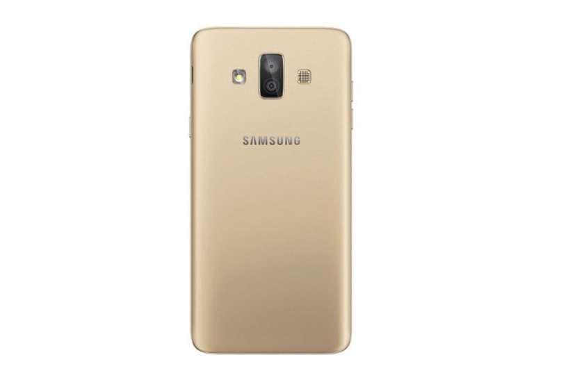 لقطة خلفية لهاتف Galaxy J7 Duo باللون الذهبي