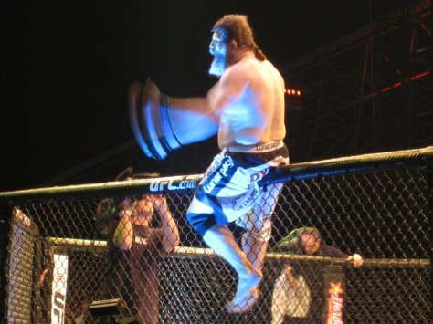 Big Country celebrates his victory over Minotauro