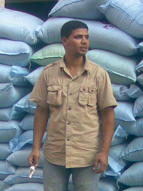 hombre en el Cairo con sacos de arena de fondo