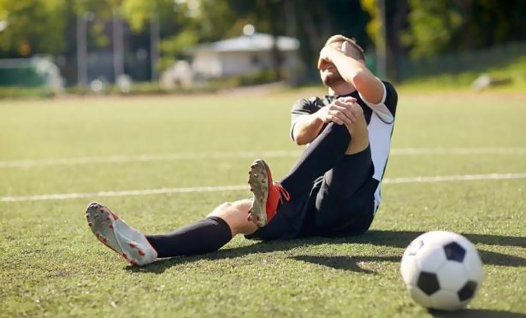 لاعب يفقد بصره وينجو من الموت بعد إصابة قاتلة!