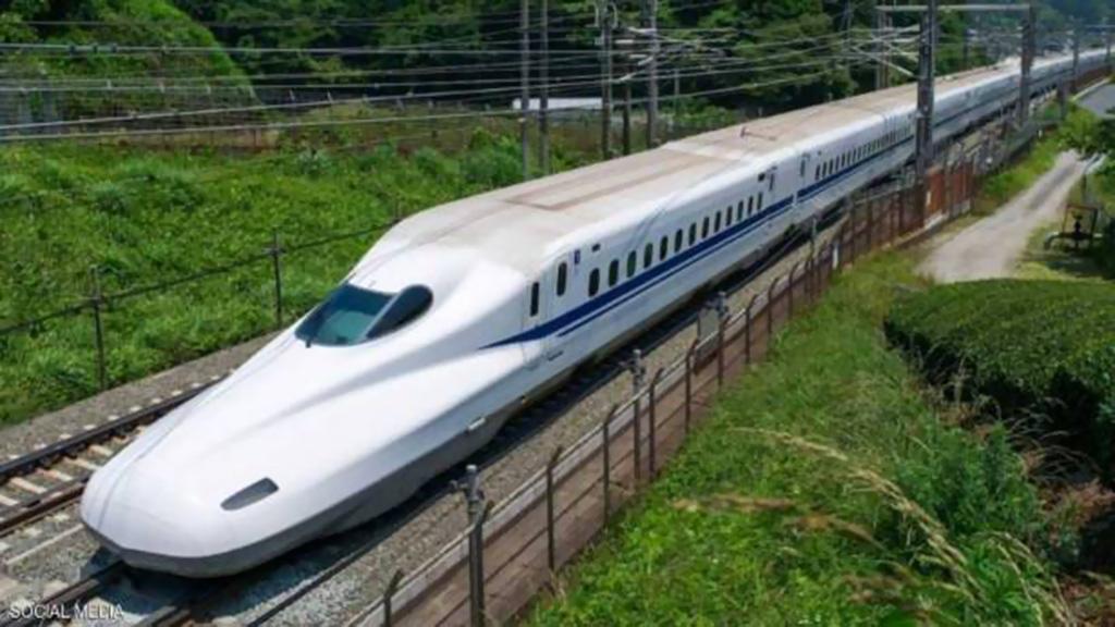 """أسرع قطار ياباني يوقف """"تدريبات الرعب"""" تحت القضبان"""