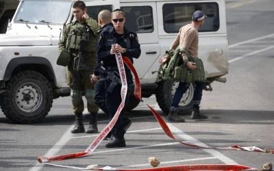 قوات الاحتلال تعتقل شابا من بيت لحم والمستوطنون يهاجمون سيارات الفلسطينيين