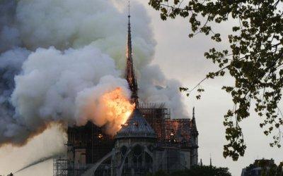 """رئيسة بلدية باريس: """"حريق رهيب"""" في كاتدرائية نوتردام"""