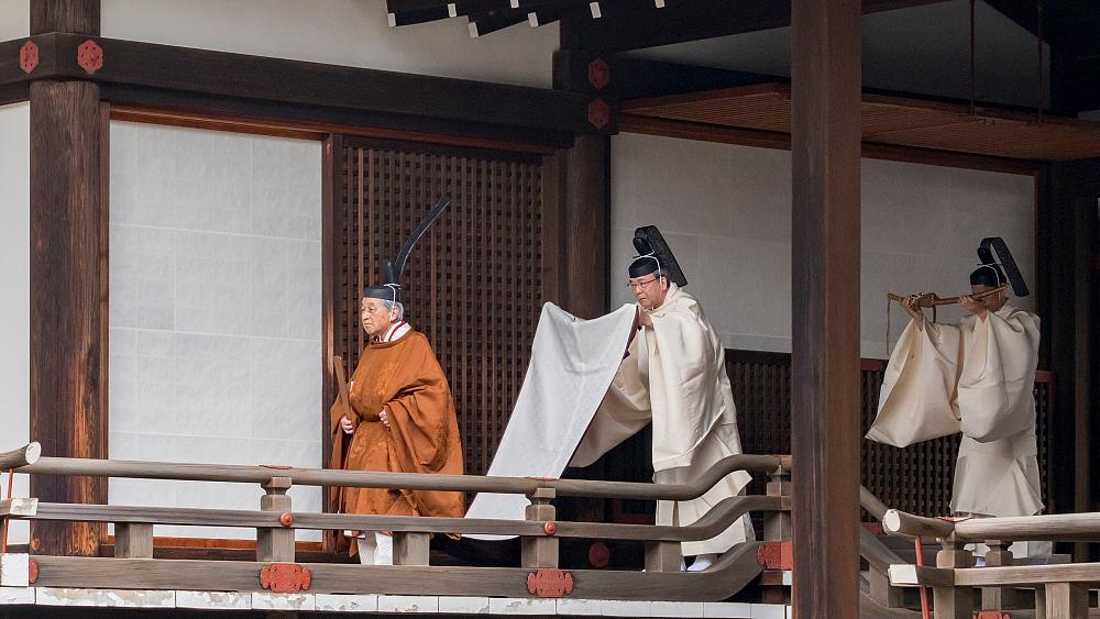 """إمبراطور اليابان يتنازل عن عرشه """"لآلهة الشمس"""""""