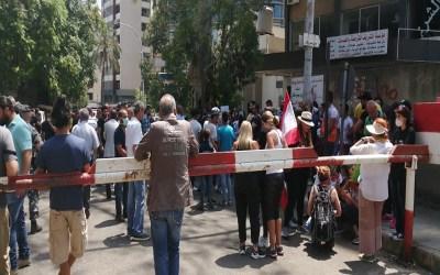 المحتجون امام قصر العدل رشقوا القوى الامنية بالحجارة وأحدهم حاول احراق نفسه
