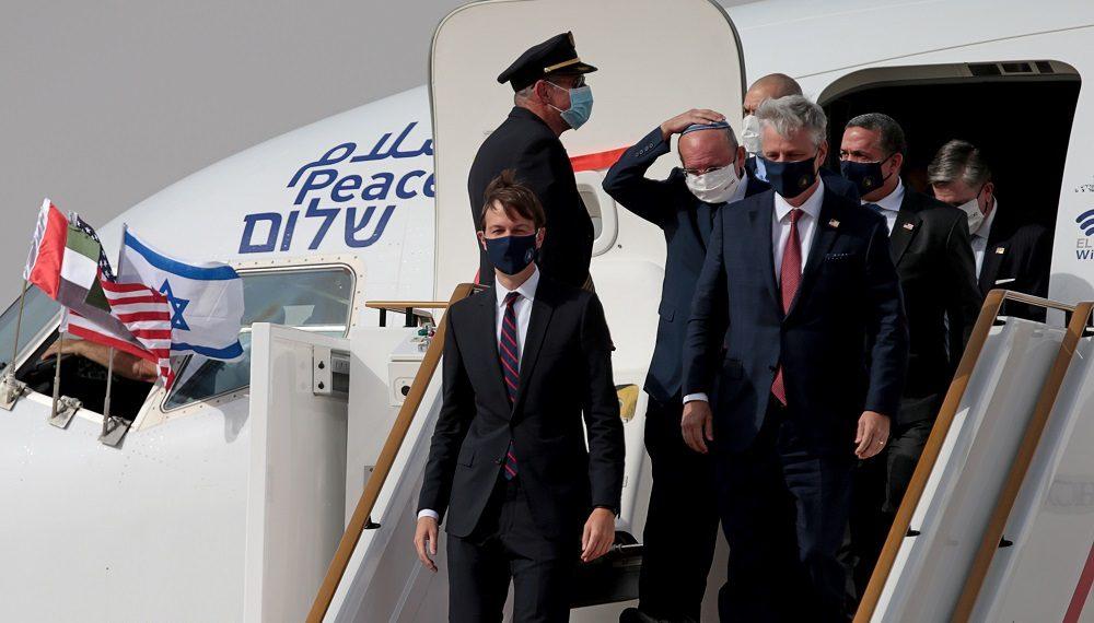 الإمارات وإسرائيل تظنان أنهما حشرتا الفلسطينيين بالزاوية، ولكن خطة ترامب تمنحهم سلاحاً غير متوقع ضد الاحتلال