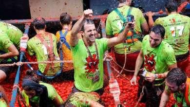 "Photo of الآلاف يشاركون في معركة الطماطم السنوية ""توماتينا"" بإسبانيا"