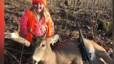 Photo of صورة طفلة مع بندقية وجثة غزال.. تثير سخطاً في أميركا