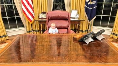 Photo of من هذا الطفل الذي يتربع على مقعد الرئيس ترمب؟