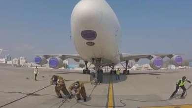 Photo of شاهد.. مواطنان يجران طائرة بوينغ 747 بوزن 245 طناً