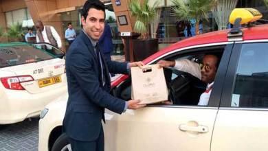 Photo of فندق في دبي يفاجيء سائقي التاكسي بهدايا في يوم السعادة
