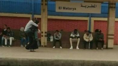 Photo of بالصور.. لماذا تحمل هذه المصرية زوجها على أكتافها؟