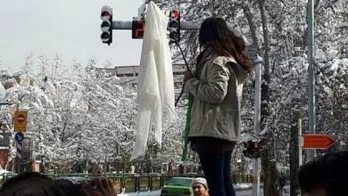 Photo of إيران تعاقب امرأة بالسجن عامين لخلعها الحجاب علناً