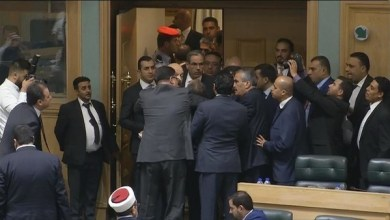 Photo of شاهد.. أردني يقفز من شرفة البرلمان ورئيس الوزراء يتدخل
