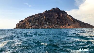 Photo of لوحة بديعية رسمها جبل وسط جزيرة سعودية في البحر الأحمر