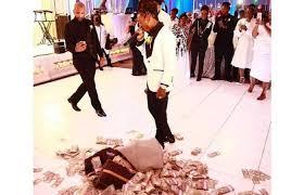 "Photo of يلقي 100 ألف دولار ""نقوطا"" في حفل زفاف والدته"