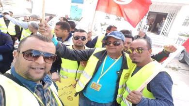Photo of أصحاب تاكسي تونس يرتدون السترات الصفراء تعبيراً عن الغضب