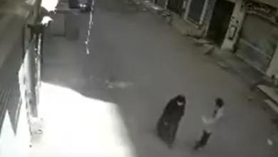 Photo of مأساة.. مدمن يقتل أمه بالشارع طعناً في رمضان
