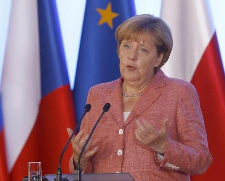 المستشارة الالمانية انجيلا ميركل في مؤتمر صحفي في وارسو يوم الجمعة- رويترز