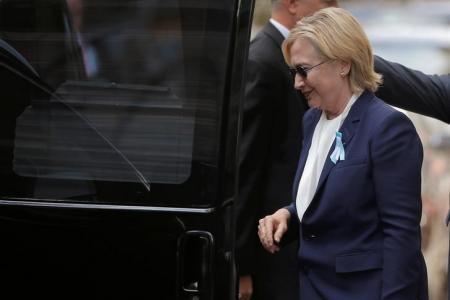 المرشحة الديمقراطية لانتخابات الرئاسة الأمريكية هيلاري كلينتون تتوجه لاستقلال سيارتها خارج منزل ابنتها في نيويورك يوم الأحد. تصوير: براين سنايدر - رويترز.