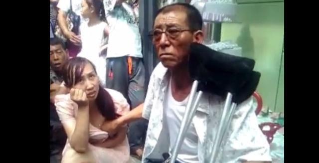 عرّاف صيني يقرأ ثدي المرأة لتحديد مستقبلها