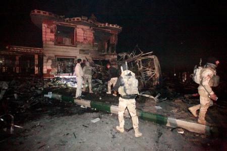 أفراد من قوات الأمن العراقية في موقع تفجير انتحاري بشاحنة ملغومة عند محطة للوقود بمدينة الحلة على بعد 100 كيلومتر جنوبي بغداد يوم الخميس. تصوير: علاء المرجاني - رويترز.