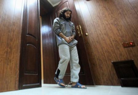 وليد إسماعيل عامل مخبز سابق يسير مكبلا الأرجل لمقابلة مع رويترز في مجمع كردي للأمن في أربيل يوم 28 نوفمبر تشرين الثاني 2016. تصوير: أزاد لاشكاري - رويترز
