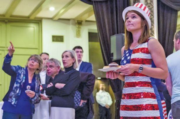مواطنون أوروبيون يتابعون نتائج الانتخابات الأميركية في أوتيل في أمستردام - هولندا