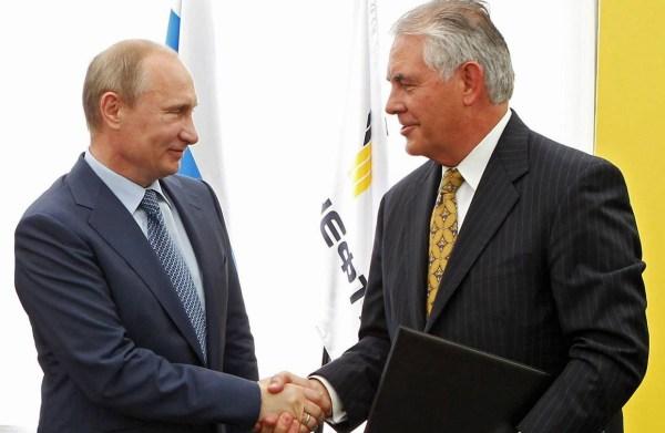 الرئيس التنفيذي لشركة إكسون، ريكس تيلرسون     مع الرئيس الروسي فلاديمير بوتين، في حفل أقيم في يونيو 2012.