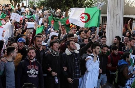 التايمز: هذه خيارات الجزائر في ضوء تنحي بوتفليقة.. وبقائه