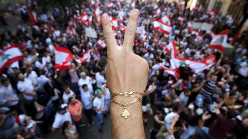 استمرار حالة الشلل في لبنان والجيش يحاول فتح الطرق