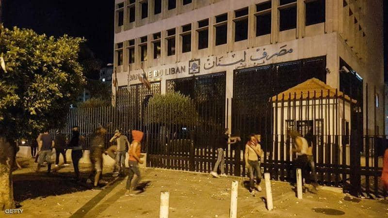 رئيس وزراء لبنان يتهم المعارضة بالتحريض على احتجاجات دخلت يومها الثالث