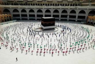 في مكة.. قلة محظوظة من الحجاج تدعو الله لتخليص العالم من كورونا