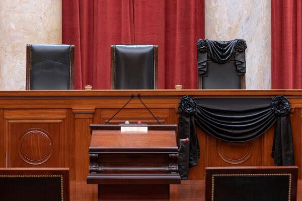 """""""نيويورك تايمز"""": هل يعدل الصراع على منصب المحكمة العليا السباق الانتخابي؟"""