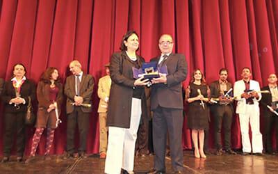 Chokri Mabkhout receiving his award from Minister of Culture Latifa Lakhdar. Photo credit http://www.kapitalis.com.