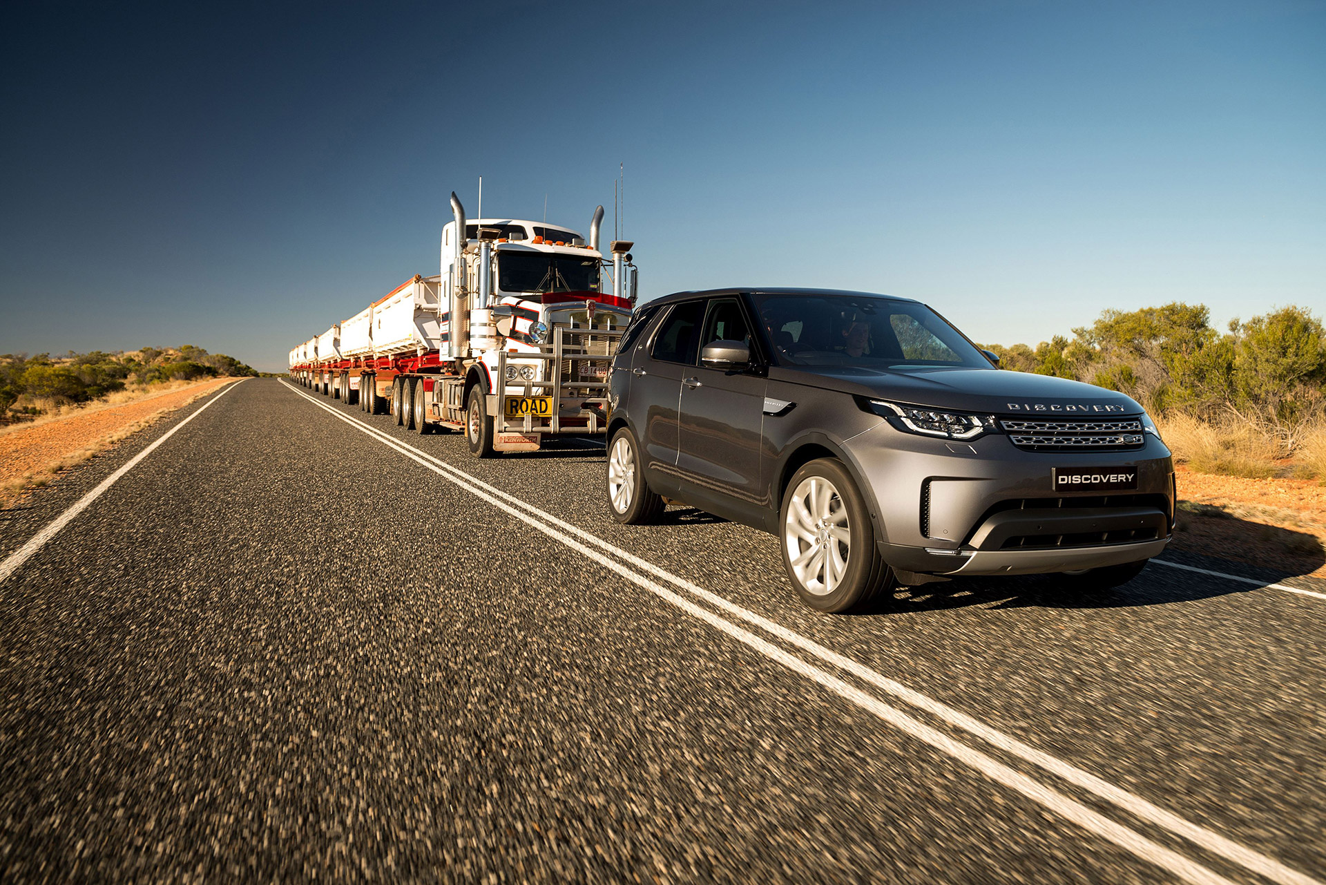 LAND ROVER DISCOVERY TOWS 110 TONNE ROAD TRAIN ACROSS AUSTRALIAN