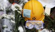 Citizens Bring Protest-related Objects as Offerings in Cementry Visit