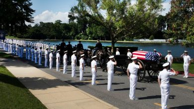 Photo of ماكين يُدفن بناء على وصيته بالأكاديمية البحرية الأمريكية