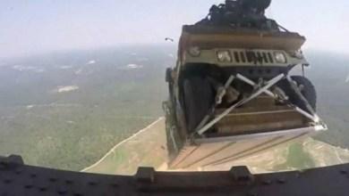 Photo of سقوط سيارة هامفي نتيجة خطأ في عملية انزال جوي من طائرة أميركية